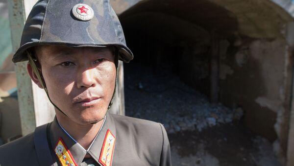 Wojskowi przy wejściu do tunelu służącego do testów jądrowych nr 2 na poligonie jądrowym Punggye-ri na północy KRLD - Sputnik Polska