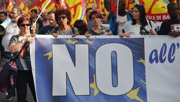 Uczestnicy akcji protestu przeciwko UE idą ulicami Rzymu - Sputnik Polska