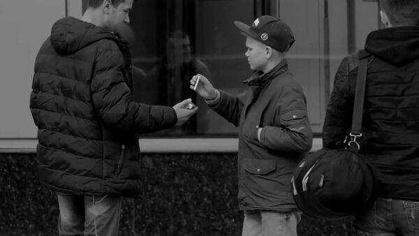Czy poczęstowałbyś papierosem 14-latka? - Sputnik Polska