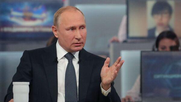"""Prezydent Rosji Władimir Putin odpowiada na pytania Rosjan podczas corocznego programu specjalnego """"Gorąca linia z Władimirem Putinem"""" - Sputnik Polska"""
