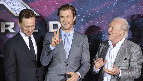 Aktorzy Tom Hiddleston, Chris Hemsworth i Anthony Hopkins - Sputnik Polska