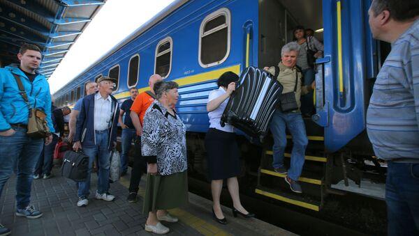 """Pasażerowie pociągu №005 """"Ukraina"""" na trasie Moskwa-Kijów na peronie Dworca Centralnego w Kijowie - Sputnik Polska"""