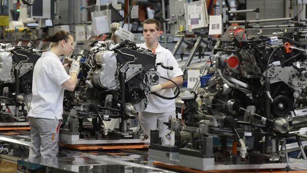 Pracownicy montują samochody Audi w fabryce w Niemczech - Sputnik Polska