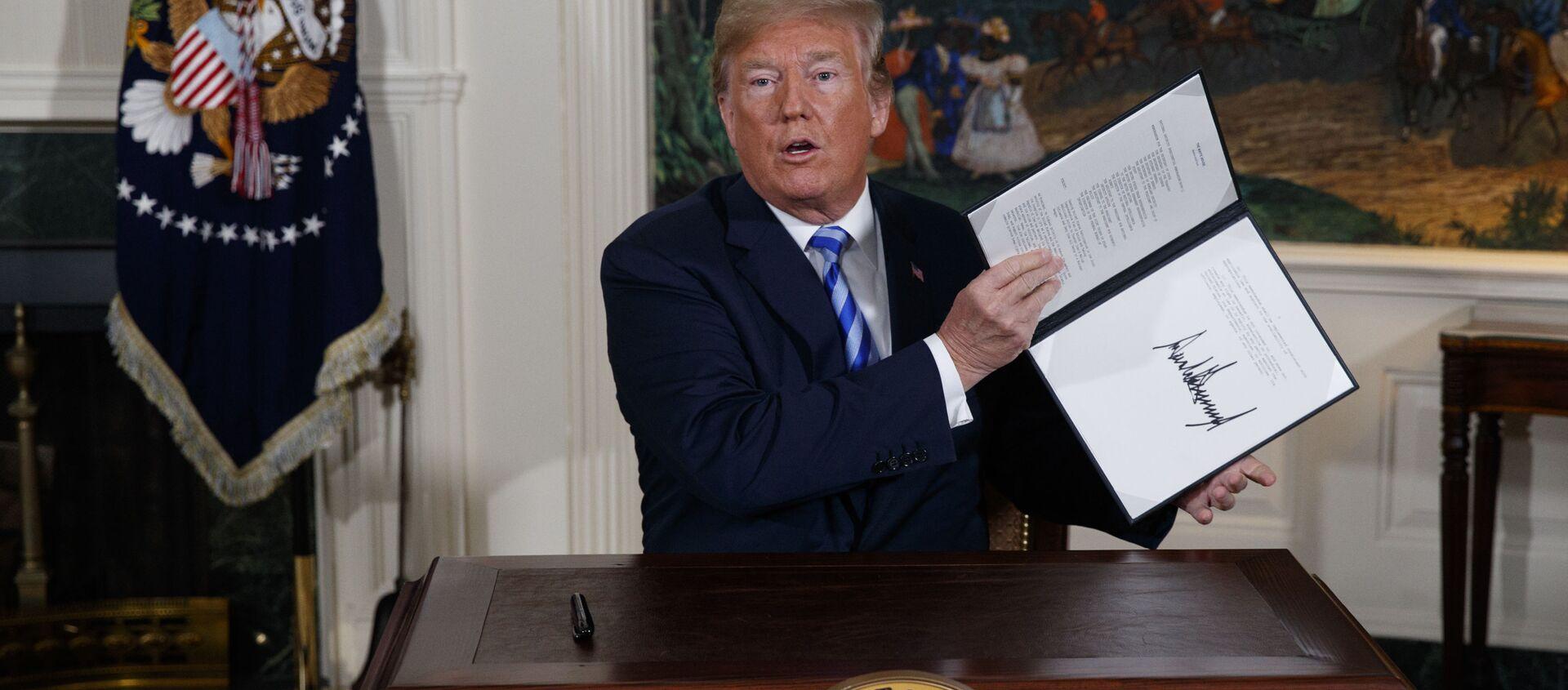 Prezydent USA Donald Trump w czasie podpisywania memorandum w sprawie irańskiego porozumienia nuklearnego - Sputnik Polska, 1920, 01.03.2021
