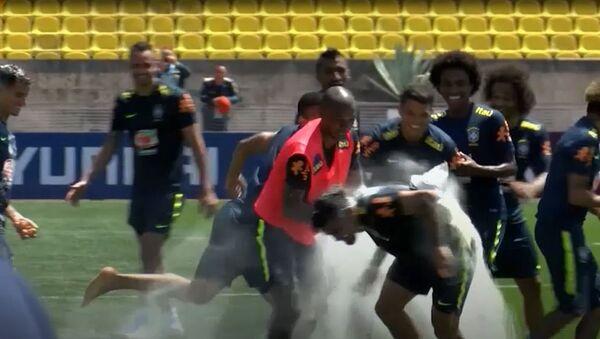W niezwykły dla Rosjan sposób brazylijscy piłkarze przywitali się ze swoimi kolegami z drużyny - Sputnik Polska