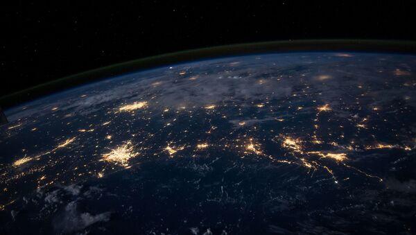 Widok z kosmosu na Ziemię spowitą nocą - Sputnik Polska