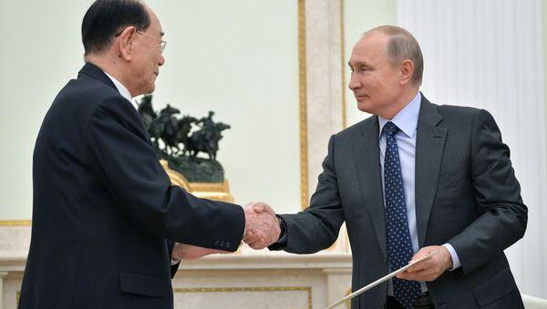 Przewodniczący prezydium najwyższego zgromadzenia ludowego KRLD Kim Yong Nam i prezydent Rosji Władimir Putin na spotkaniu w Moskwie - Sputnik Polska