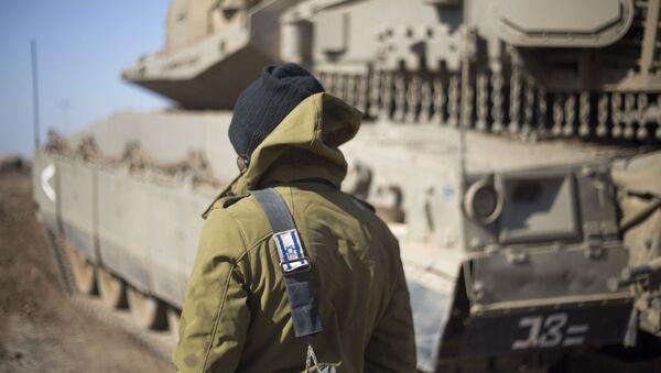 Izraelski wojskowy na Wzgórzach Golan w okolicach syryjskiej granicy - Sputnik Polska