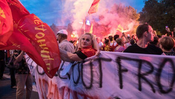 Masowe protesty przeciwko przemianowaniu Macedonii na Macedonię Północną w centrum Skopje - Sputnik Polska