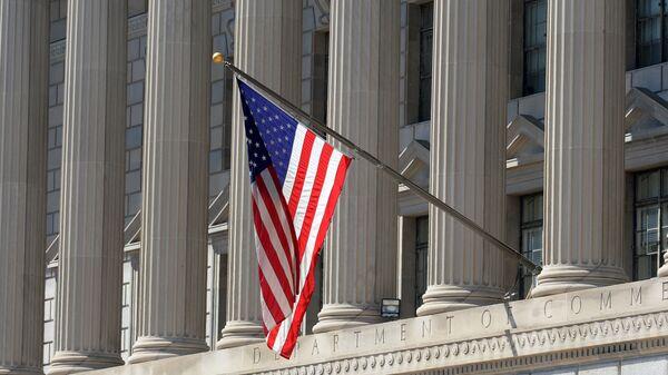 Flaga państwowa USA na budynku Departamentu Handlu w Waszyngtonie - Sputnik Polska