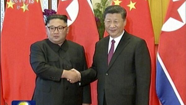 Przywódca Korei Północnej Kim Dzong Un i przewodniczący Chin Xi Jinping - Sputnik Polska
