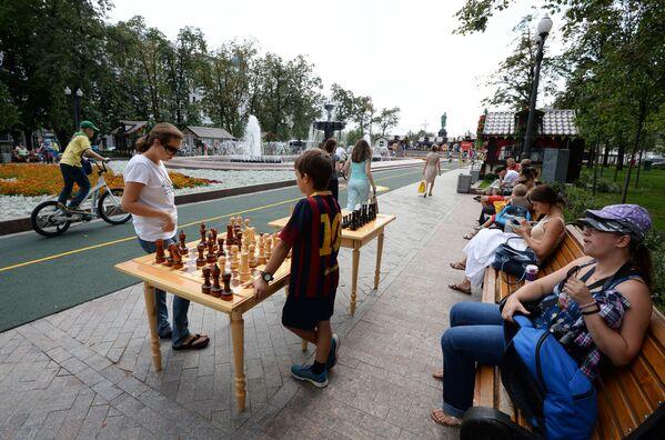 Dzieci grają w szachy podczas festiwalu Lato moskiewskie. Festiwal konfitury - Sputnik Polska