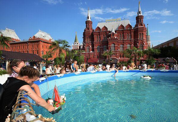 Mieszkańcy przy basenie w podczas festiwalu Lato moskiewskie. Festiwal konfitury - Sputnik Polska