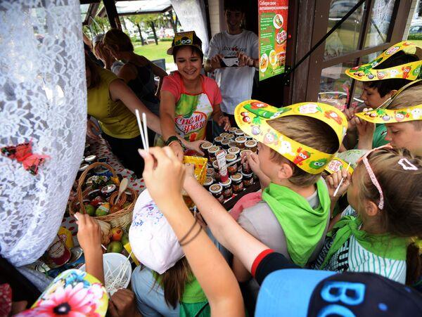 Dzieci przy sklepie z różnymi gatunkami konfitury podczas festiwalu konfitury w Moskwie - Sputnik Polska