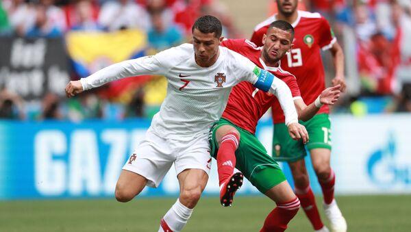 Cristiano Ronaldo i Hakim Ziyech na meczu fazy grupowej mistrzostw świata w piłce nożnej między drużynami Portugalii i Maroka - Sputnik Polska