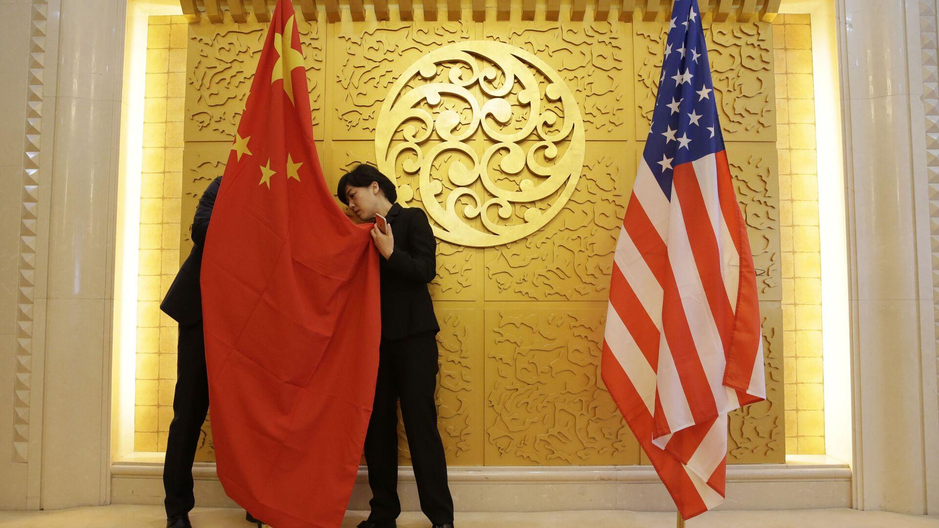 Flagi Chin i USA przed spotkaniem ministrów transportu tych krajów w Pekinie, Chiny - Sputnik Polska, 1920, 28.03.2021
