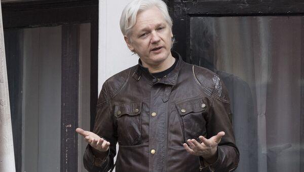 Współzałożyciel WikiLeaks Julian Assange na balkonie budynku Ambasady Ekwadoru w Londynie - Sputnik Polska