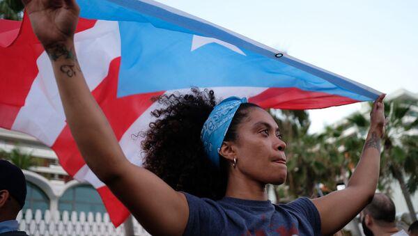 Dziewczyna z flagą Puerto Rico w mieście San Juan - Sputnik Polska