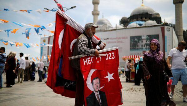 Stambuł, uliczny sprzedawca handluje flagami z wizerunkiem Erdogana - Sputnik Polska