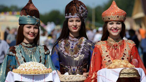 Tatarki w strojach ludowych w Kazaniu, stolicy Tatarstanu - Sputnik Polska