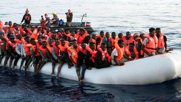 Ocaleni migranci przez zespół Mission Lifeline na Morzu Śródziemnym - Sputnik Polska
