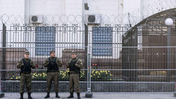 Pracownicy służby bezpieczeństwa pod ambasadą Rosji w Kijowie. Zdjęcie archiwalne  - Sputnik Polska