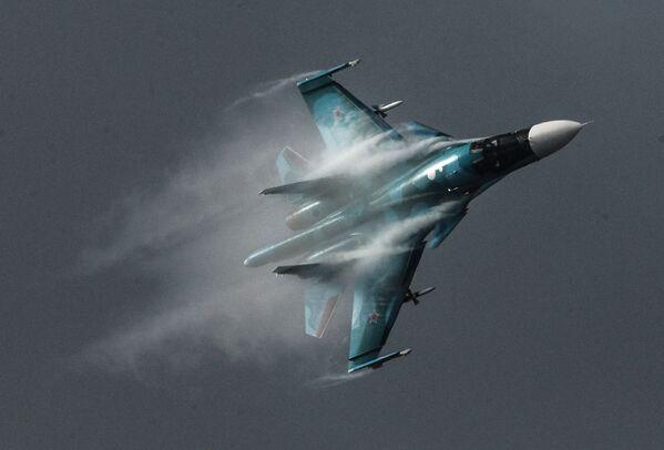 Samolot Su-34 podczas Międzynarodowego Salonu Lotniczo-Kosmicznego MAKS 2015 - Sputnik Polska