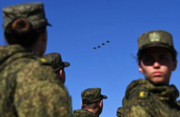 Samoloty Su-34 podczas próby przed Dniem Zwycięstwa - Sputnik Polska