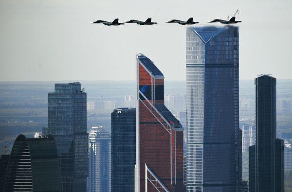 Samoloty Su-34 podczas próby przed Dniem Zwycięstwa w Moskwie - Sputnik Polska