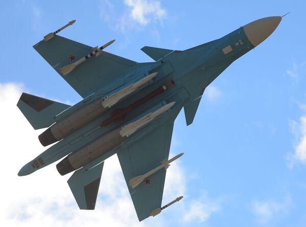 Samolot Su-34 podczas wystąpienia na Międzynarodowym Salonie Lotniczo-Kosmicznym MAKS 2015 - Sputnik Polska