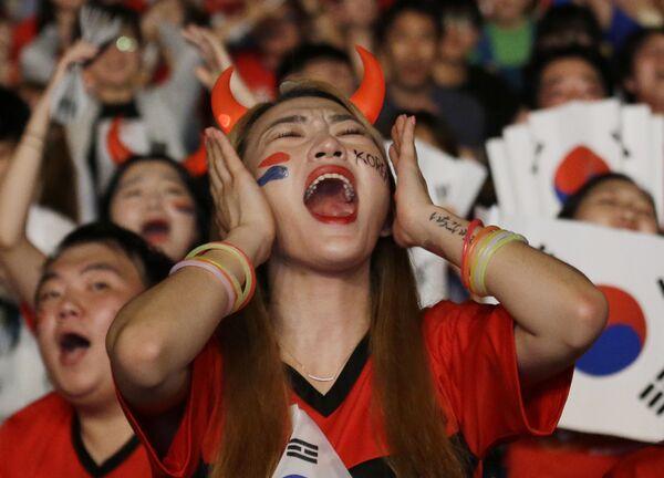 Kibice reprezentacji Korei Południowej podczas meczu pomiędzy Niemcami i Koreą Południową w Seulu - Sputnik Polska