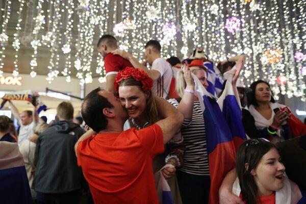 Kibice reprezentacji Rosji cieszą się z wygranego meczu z Egiptem - Sputnik Polska