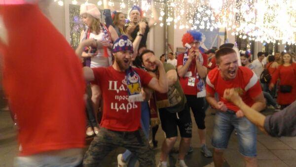 Rosyjscy kibice świętują w centrum Moskwy - Sputnik Polska