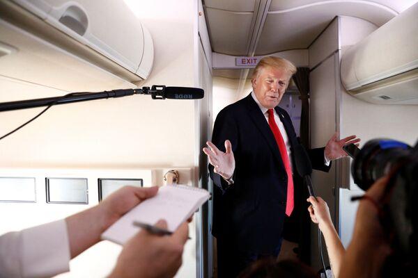 Amerykański prezydent Donald Trump podczas rozmowy z dziennikarzami podczas lotu do New Jersey - Sputnik Polska