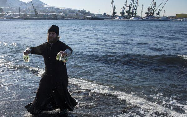 Kapłan prawosławny ze święconą wodą - Sputnik Polska