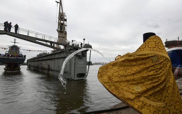 Kapłan święci korwetę Gremjaszczij projektu 2085 w Petersburgu - Sputnik Polska