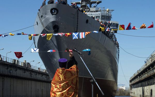 Kapłan święci okręt Iwan Hurs w Petersburgu - Sputnik Polska