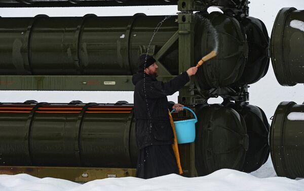 Kapłan święci systemy rakietowe S-400 Triumf - Sputnik Polska