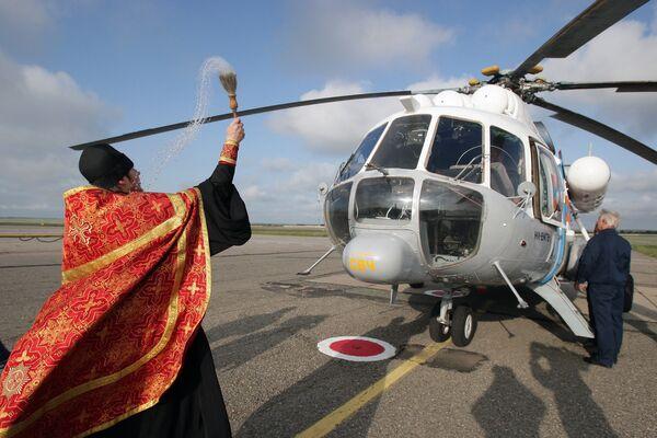 Kapłan święci helikopter Ministerstwa Spraw Nadzwyczajnych - Sputnik Polska