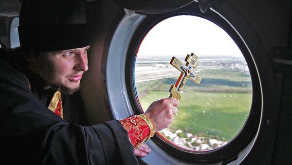 Kapłan święci ziemię krymską z helikoptera Ministerstwa Spraw Nadzwyczajnych - Sputnik Polska
