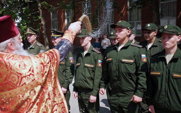 Kapłan święci poborowych do wojska w Krasnodarze - Sputnik Polska