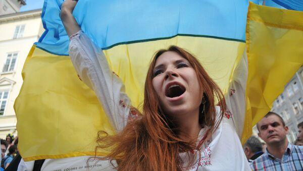 Dziewczyna z flagą Ukrainy - Sputnik Polska