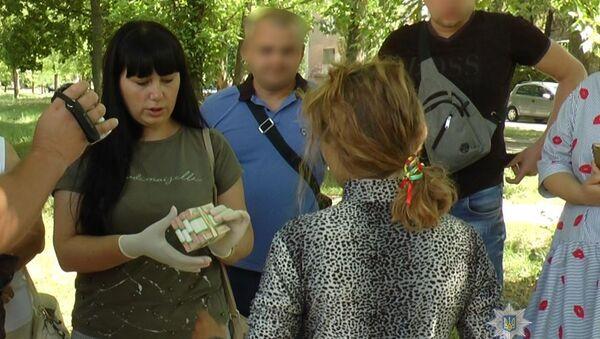 Zatrzymanie kobiety w obwodzie chersońskim na Ukrainie, która próbowała sprzedać syna - Sputnik Polska