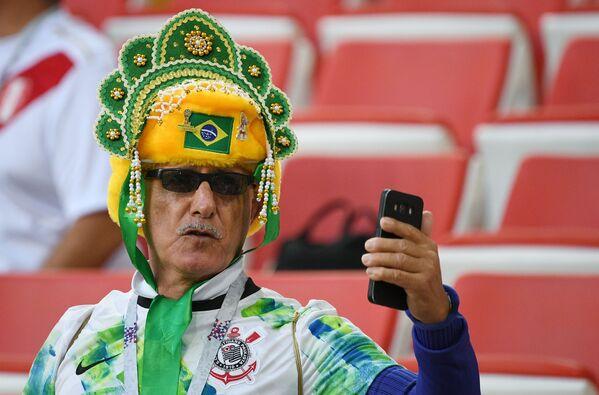 Kibic z Brazylii robi selfie w kokoszniku - Sputnik Polska
