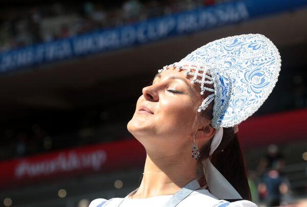Kibicka w biało-niebieskim kokoszniku - Sputnik Polska
