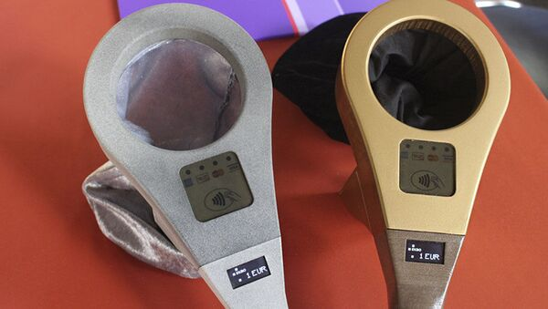Specjalne urządzenie zostało wyposażone w odbiornik do odczytu chipów NFC na kartach płatniczych i w smartfonach - Sputnik Polska