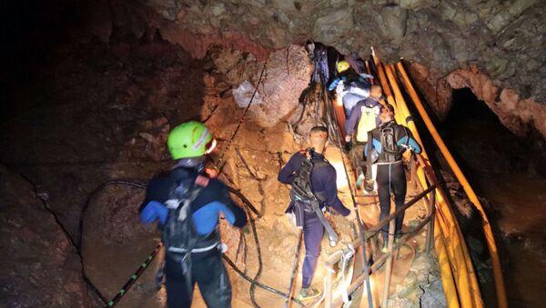 Tajlandzcy ratownicy wewnątrz jaskini podczas operacji ratowania dzieci - Sputnik Polska