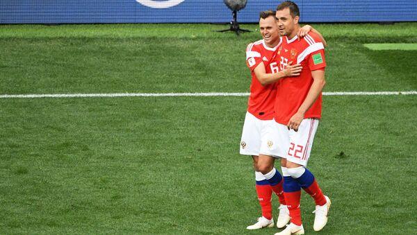 Denis Czeryszew i Artiom Dziuba w meczu fazy grupowej mistrzostw świata w piłce nożnej między reprezentacjami Rosji i Arabii Saudyjskiej - Sputnik Polska