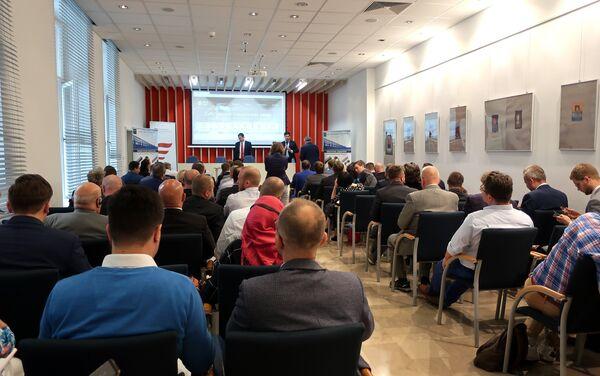 Rosyjscy przedsiębiorcy przedstawiają swoją produkcję potencjalnym patrnerom biznesowym - Sputnik Polska