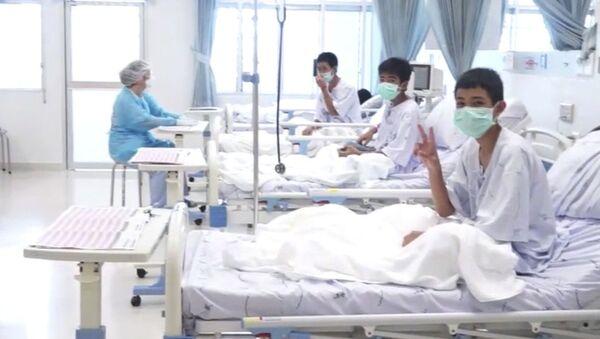 Uratowane dzieci z tajlandzkiej jaskini w szpitalu - Sputnik Polska